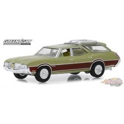 1971 Oldsmobile Vista Cruiser in Palm Green Metallic / Woodgrain  Estate Wagons  4 - 1/64  Greenlight 29970 C Passion Diecast