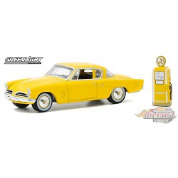 1953 Studebaker Commander with Vintage Gas Pump - The Hobby Shop Series 9 -  1/64 Greenligh t-  97090 A - Passion Diecast