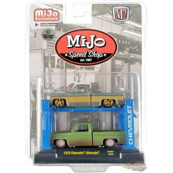 2x 1975 Chevrolet Silverado SQUAREBODY - Mijo Speed Shop with 4 post Lift - M2 SUPER CHASE 1:64 - 33000-MJS01GR