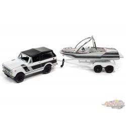 1969 International Scout II in White and Black with Malibu Boat and Trailer - Johnny Lightning  1:64 - JLBT015 - JLSP205 B